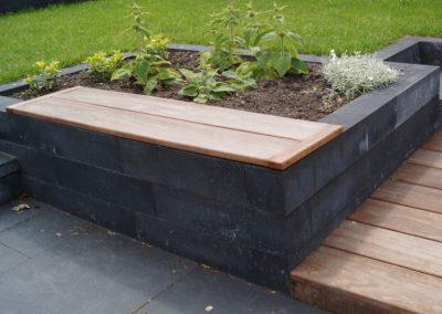 terras met verhoogde border en houten zitrand