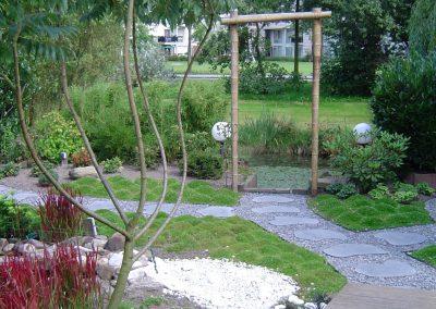 Japanse tuin met poort van bamboe