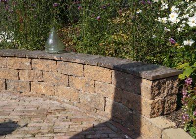 Tuinontwerp Montfoort stapelmuur met houten zitrand