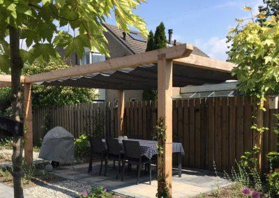 Moderne tuin met pergola