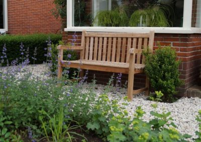 Tuinontwerp voortuin met tuinbank zitplek