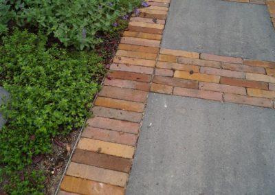 Tuinpad betontegels met gebakken klinkers