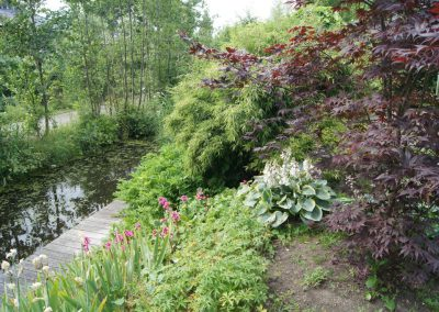 tuin aan het water met steiger